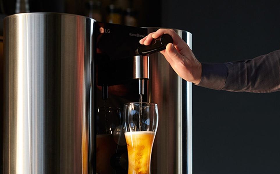 LG 홈브루로 맥주를 따르는 연출 장면