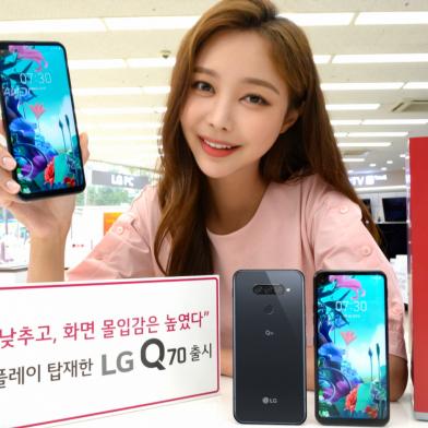 LG전자가 내달 6일 합리적 가격에 홀인 디스플레이(Hole-in-Display)를 탑재한 LG Q70을 출시한다. 이 제품은 홀인 디스플레이를 탑재해 동영상이나 게임 콘텐츠를 즐길 때 몰입감이 높고, 후면 트리플 카메라를 탑재해 전문가 수준의 사진을 손쉽게 촬영할 수 있는 것이 특징이다. LG전자 모델이 LG Q70을 소개하고 있다.