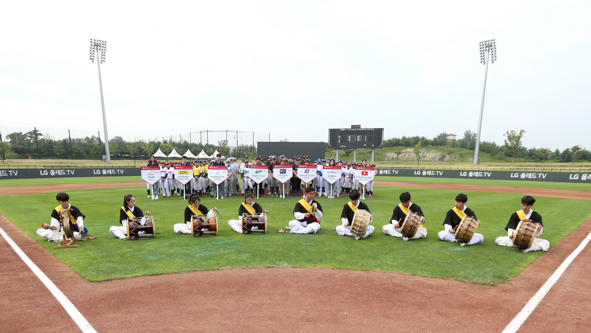 22일 경기도 이천시 소재 'LG챔피언스파크'에서 열린 'LG컵 국제여자야구대회' 개막식에서 국립국악고등학교예술단 학생들이 축하공연을 펼치고 있다.