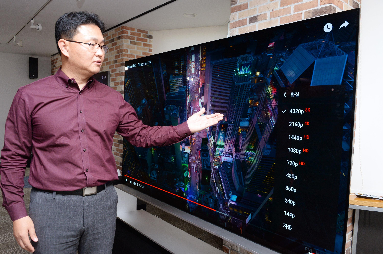 서울 여의도 LG트윈타워에서 LG전자 TV소프트웨어플랫폼개발실장 이강원 상무가 'LG 시그니처 올레드 8K'에서 유튜브 사이트의 8K 영상재생 기능을 시연하고 있다.