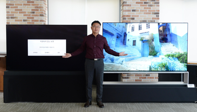 서울 여의도 LG트윈타워에서 LG전자 TV소프트웨어플랫폼개발실장 이강원 상무가 LG 8K 올레드 TV(오른쪽)와 타사 제품으로 USB에 저장된 8K 유튜브 영상을 재생하고 있다. 왼쪽 제품은 해당 포맷을 지원하지 않아 영상을 보여주지 못하고, LG 8K 올레드 TV는 8K 유튜브 영상을 제대로 구현한다.