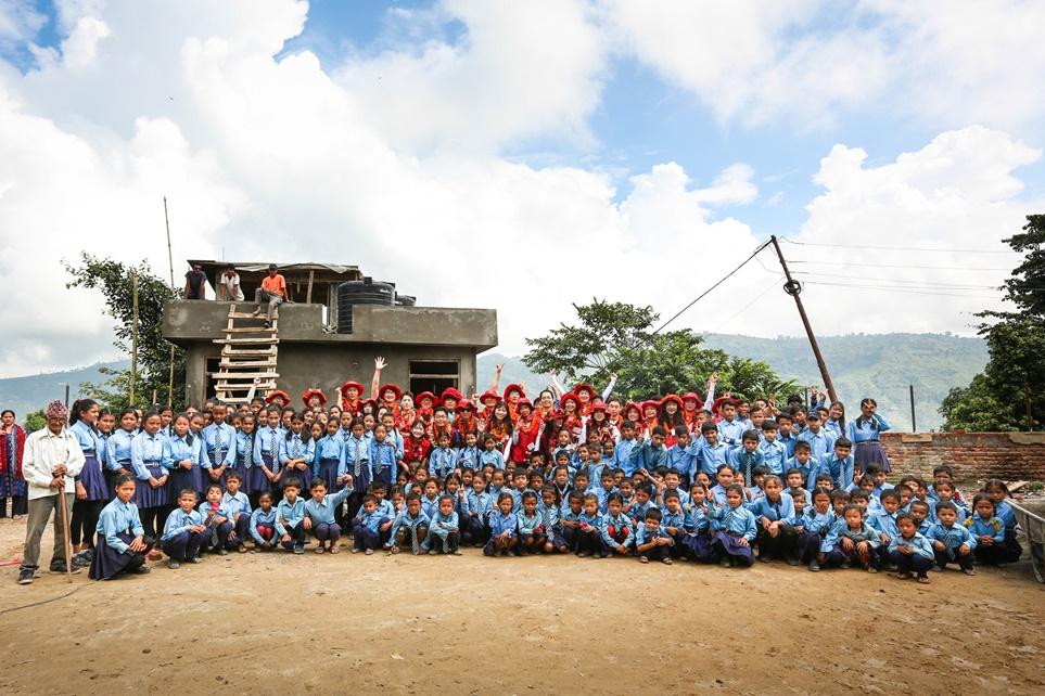 LG전자 임직원 해외봉사단과 세티 데비 슈리 학교 학생들