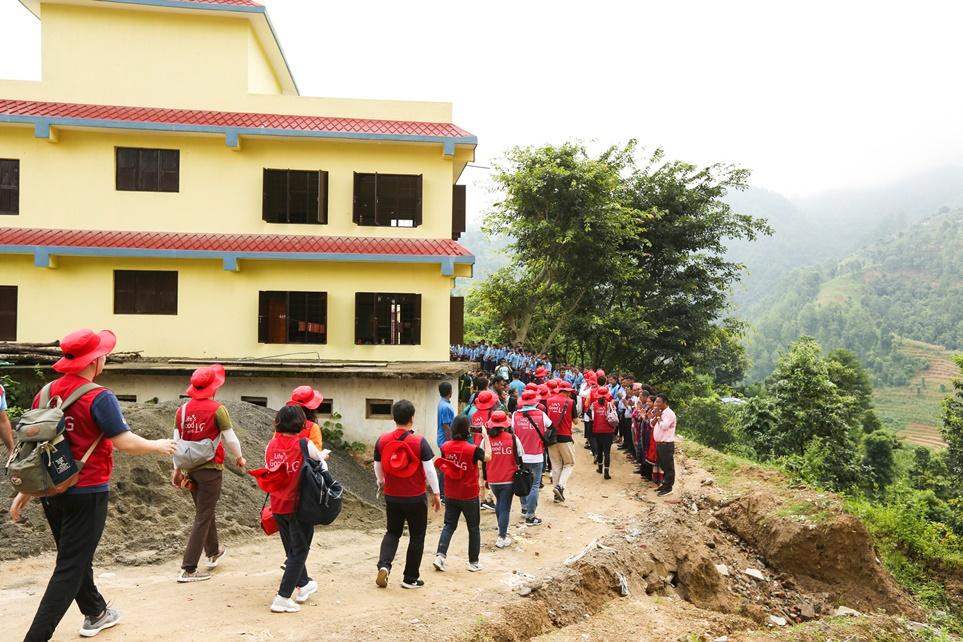 네팔 다딩 지역의 '쉬리 세티 디비 스쿨'에 도착한 LG전자 임직원 해외봉사단 모습