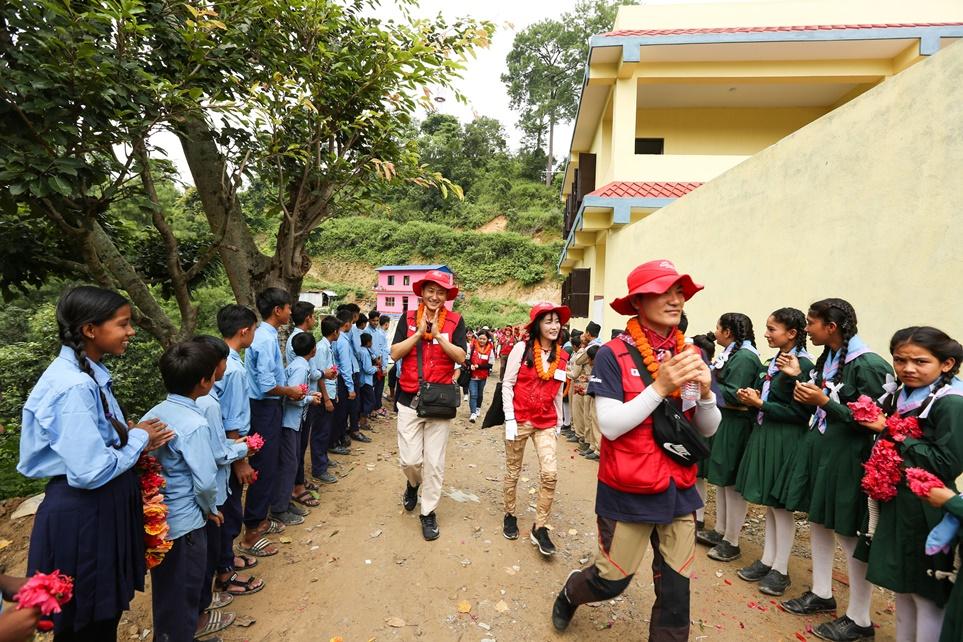 LG전자 임직원 해외봉사단을 반기는 네팔 쉬리 세티 디비 스쿨 학생들