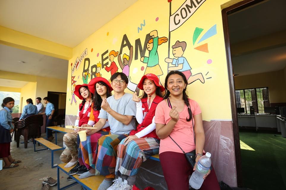 학교 외벽에 벽화를 그린 LG전자 임직원들