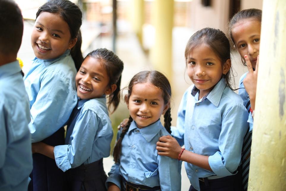 교육 프로그램에 참여하며 환하게 웃는 쉬리 세티 디비 스쿨 학생들