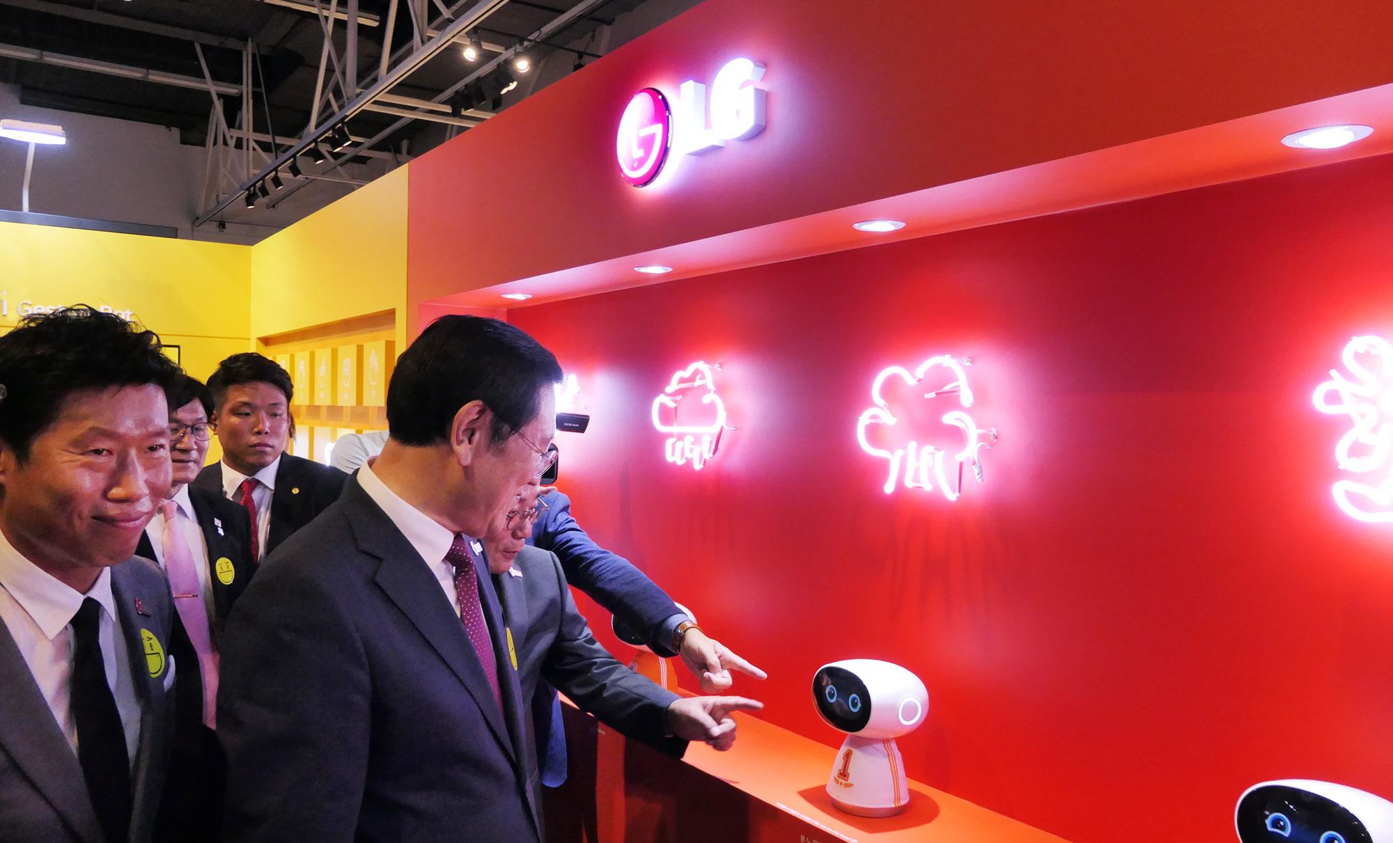 광주디자인비엔날레2019의 LG전자 전시관을 둘러보고 있는 이용섭 광주 시장님(오른쪽)과 배우 유해진 님(왼쪽)