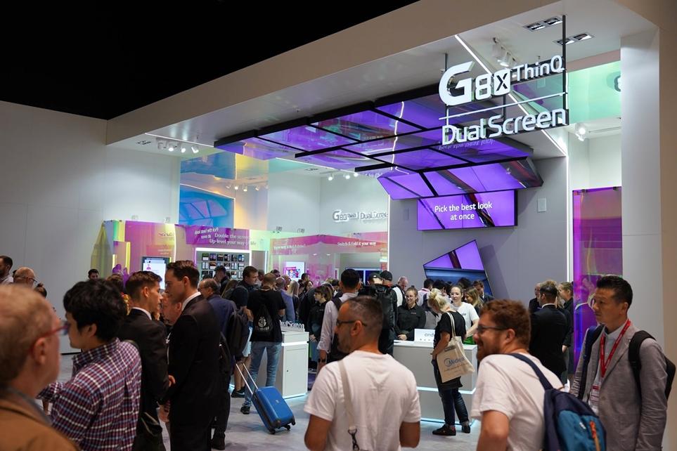 IFA 2019에 마련된 LG V50S ThinQ와 듀얼 스크린 전시 부스