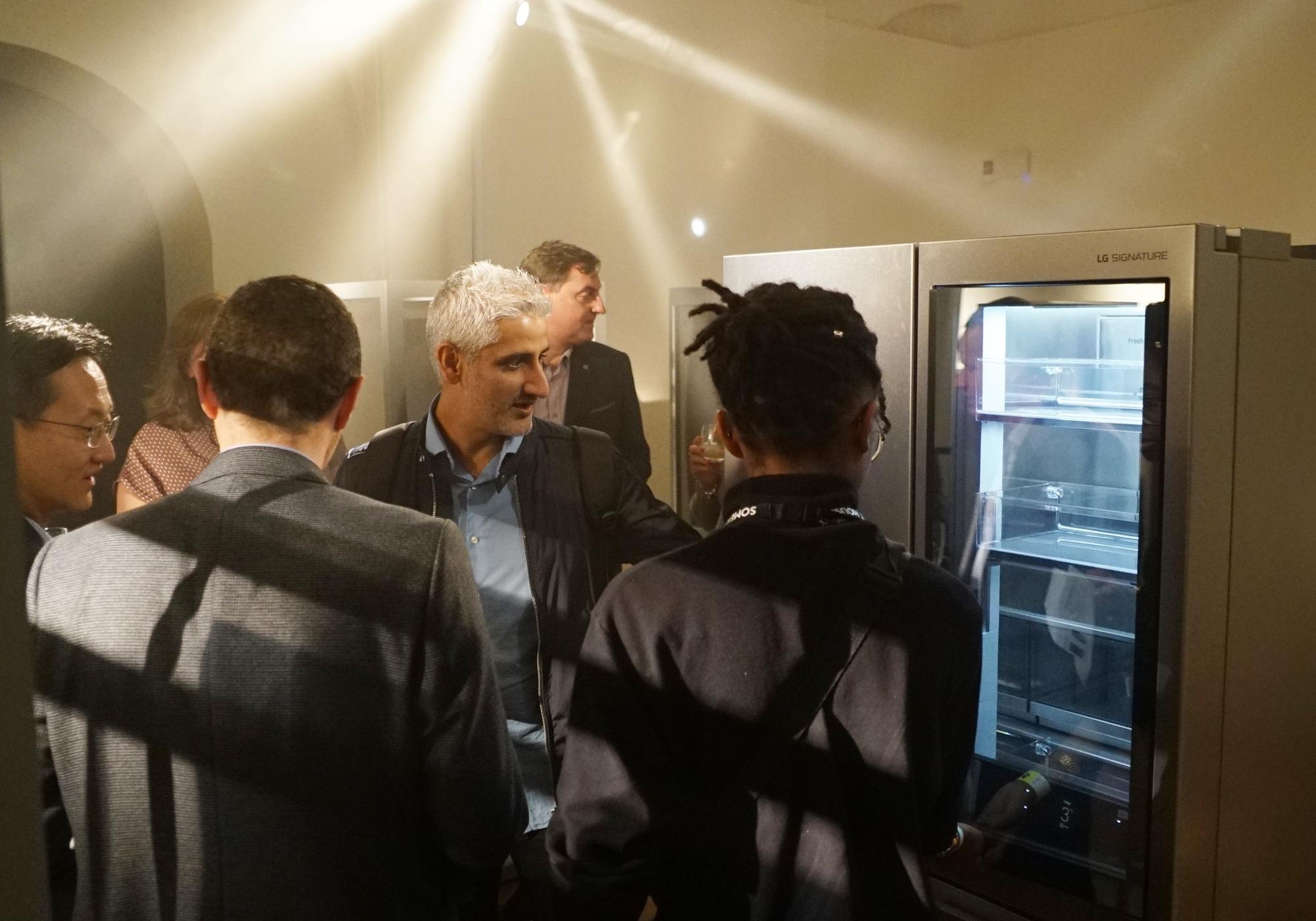 LG전자가 18일부터 4일간 英 런던에서 열리는 런던디자인페스티벌에 참가해 超프리미엄 'LG 시그니처(LG SIGNATURE)를 전시하고 있다. 참석자들이 'LG 시그니처'를 살펴보고 있다.