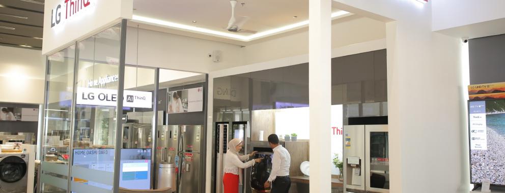 LG전자가 지난 12일 이집트 뉴카이로에 브랜드샵을 오픈하고 LG전자의 인공지능 가전을 체험할 수 있는 'LG 씽큐 체험존'을 마련했다. LG전자가 중동∙아프리카 지역에 LG 씽큐 체험존을 만든 건 이번이 처음이다. LG전자 직원이 'LG 씽큐 체험존에서 보다 편리해진 인공지능 가전을 경험하고 있다.