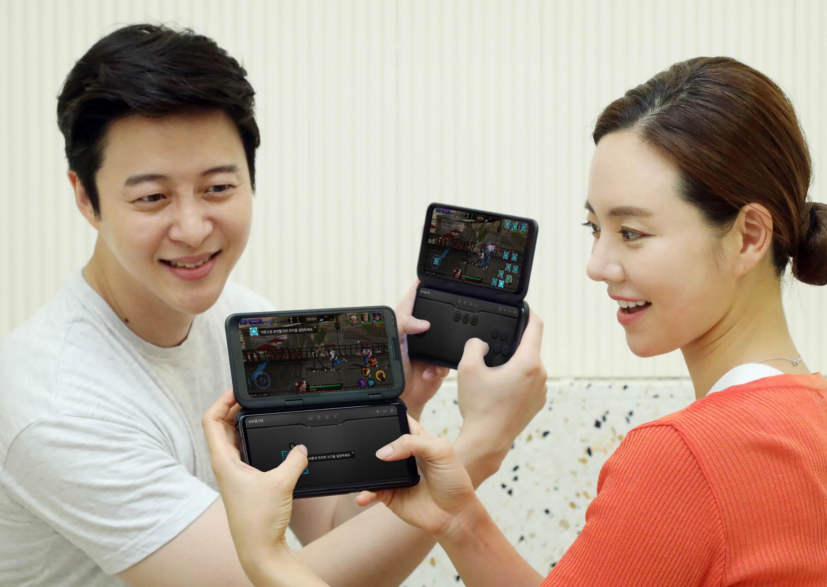 LG전자가 LG 듀얼 스크린 전용 게임 컨트롤러 LG 게임패드에 고객이 취향대로 만들어 쓸 수 있도록 하는 '나만의 게임패드' 기능 업데이트를 시작했다. LG전자 모델들이 '나만의 게임패드' 기능을 통해 만든 게임패드로 게임을 즐기고 있다.