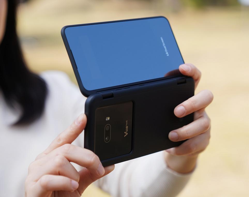 LG V50S ThinQ로 영상을 촬영하는 모습