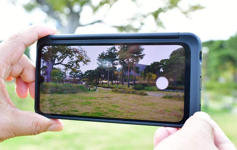 LG V50S ThinQ LG 듀얼 스크린 미러모드를 활용해 전면카메라를 디카처럼 사용하는 모습
