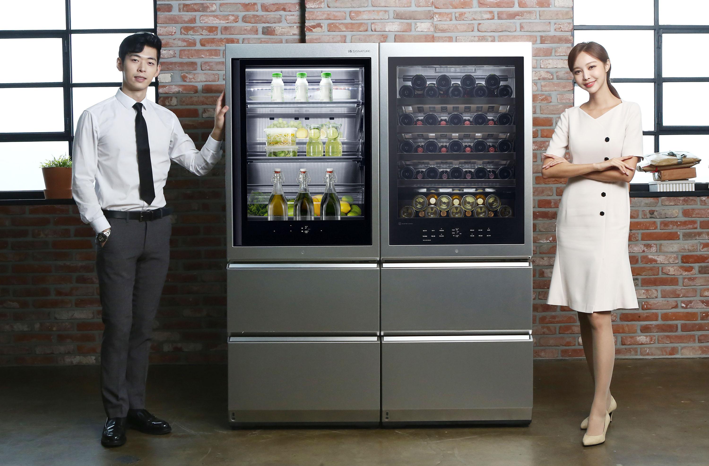 LG전자가 9일 超프리미엄 LG 시그니처(LG SIGNATURE) 와인셀러와 LG 시그니처 상냉장ㆍ하냉동 냉장고를 국내에 출시했다. 사진은 모델이 LG 시그니처 와인셀러와 LG 시그니처 상냉장ㆍ하냉동 냉장고를 소개하는 모습. 왼쪽부터 LG 시그니처 상냉장ㆍ하냉동 냉장고, LG 시그니처 와인셀러.