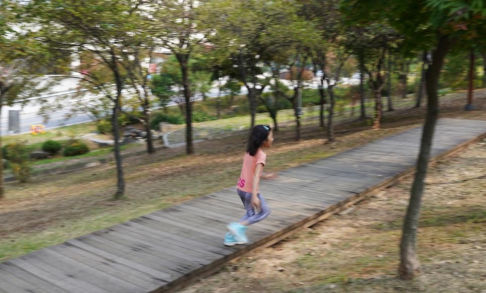 운동하는 아이들의 모습이 흔들린 사진