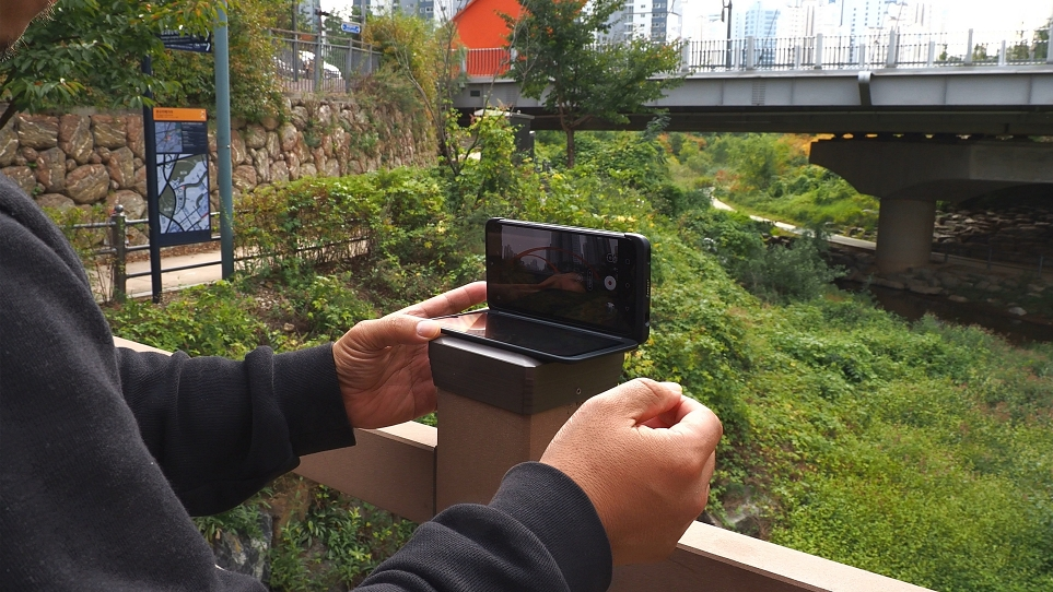 여행지에서 LG 듀얼 스크린을 활용해 촬영하는 모습