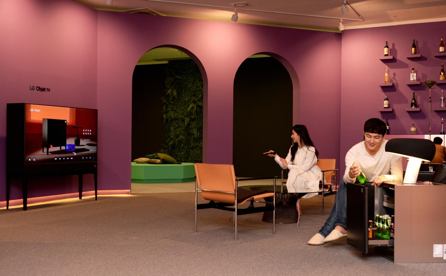 고급 협탁이자 미니바 역할을 하는 LG 오브제 냉장고(오른쪽)는 거실을 휴식뿐 아니라 파티를 즐길 수 있는 공간으로 만든다.