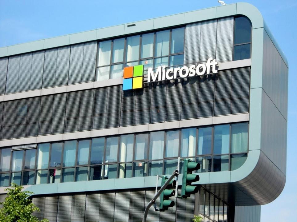 마이크로소프트 로고가 있는 회사 전경