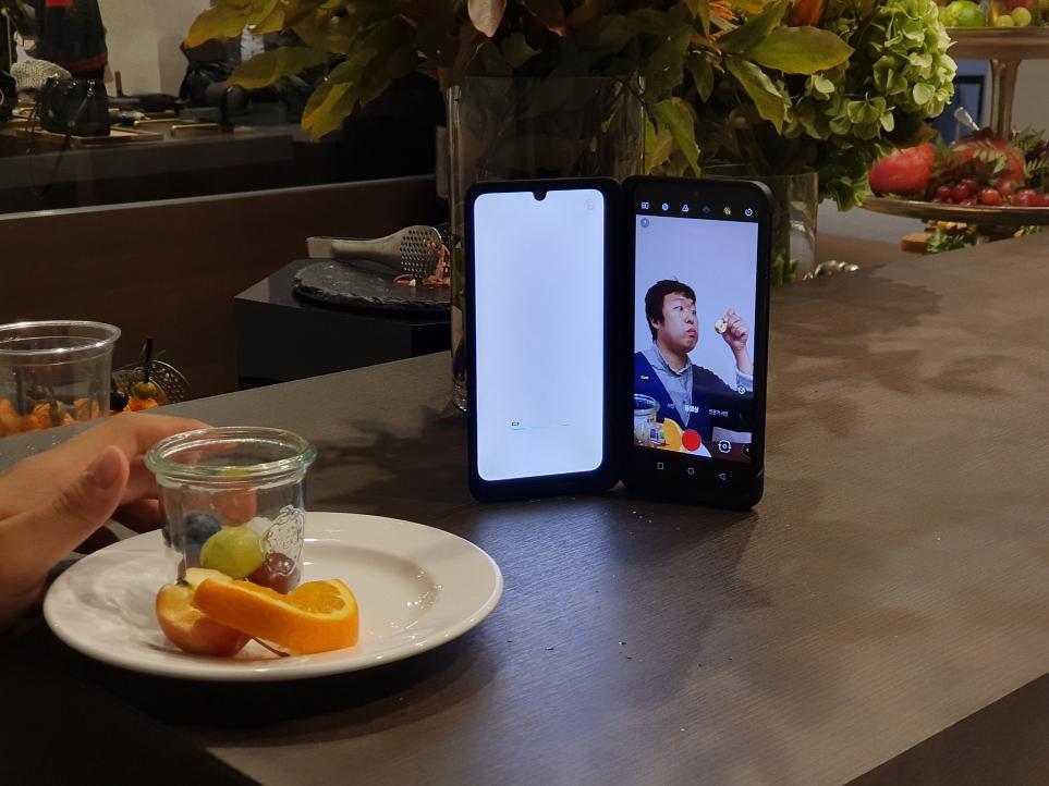 LG V50S ThinQ로 먹방 촬영 중인 더 블로거 '하텍'