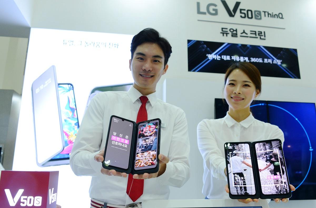 8일 삼성동 코엑스에서 개막한 'KES 2019' 전시회에서 모델들이 LG V50S  ThinQ와 듀얼 스크린을 소개하고 있다.