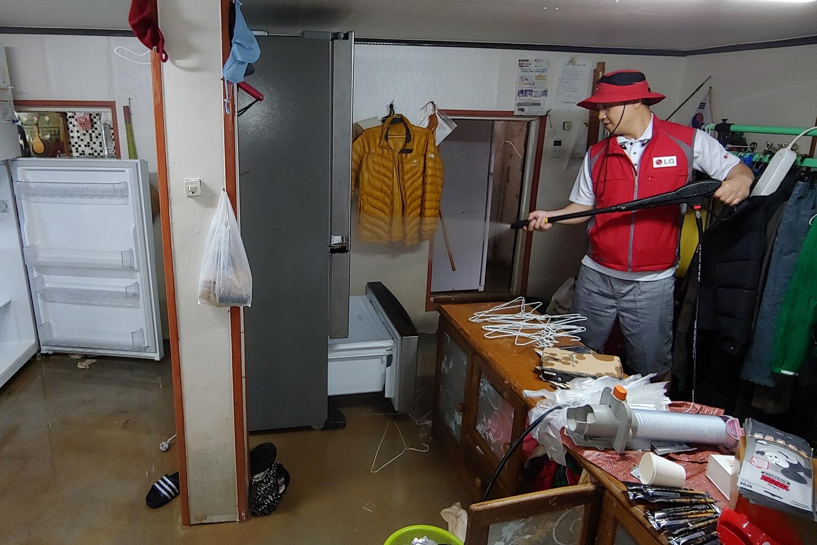 LG전자가 제18호 태풍 '미탁'으로 인해 피해가 발생한 강원 삼척시에서 수해 복구 활동을 진행하고 있다.