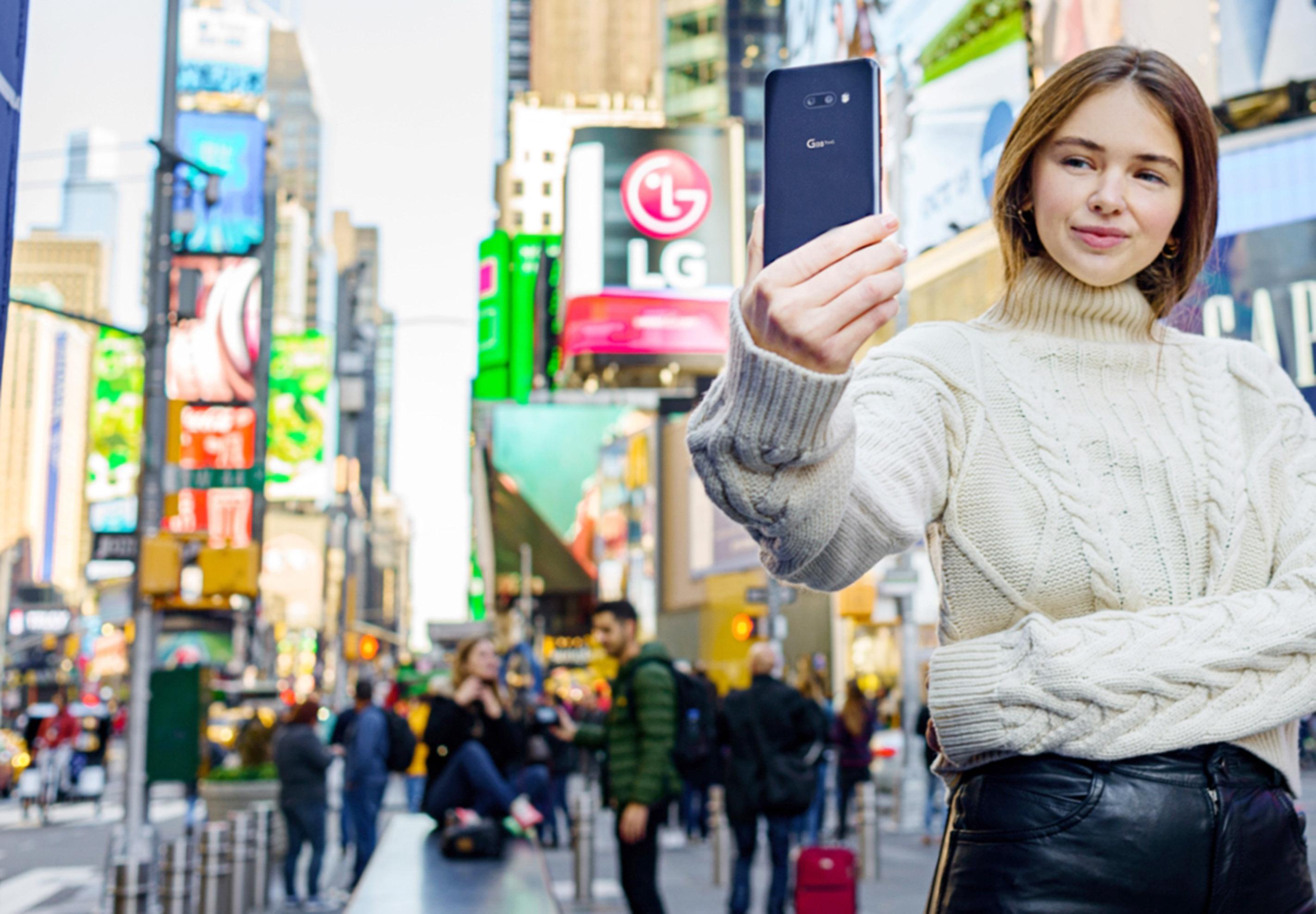 LG전자가 내달 1일 LG G8X ThinQ를 미국, 캐나다 등 북미시장에 순차 출시한다. LG전자 모델이 미국 뉴욕 '타임스스퀘어(Times Square)'에서 LG G8X ThinQ를 소개하고 있다.