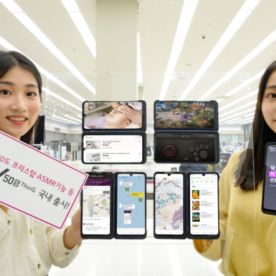 LG전자가 11일 이통통신 3사와 자급제 채널을 통해 LG V50S ThinQ를 국내 출시한다. 신제품은 안정성이 뛰어난 플랫폼을 기반으로 고객 목소리를 반영, 전작 대비 사용성을 높인 것이 특징이다. 일란성 쌍둥이인 LG전자 모델들이 서울 영등포구에 소재 LG베스트샵 서울양평점에 위치한 모바일 코너에서 LG V50S ThinQ를 소개하고 있다.