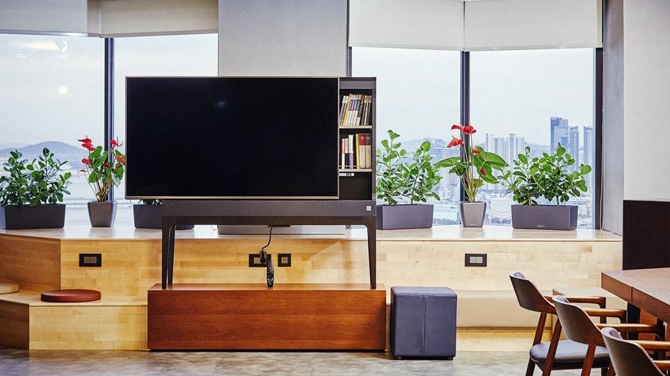 LG 트윈타워 33층에 조성된 '다락(多樂)' 내에 설치된 LG 오브제 TV