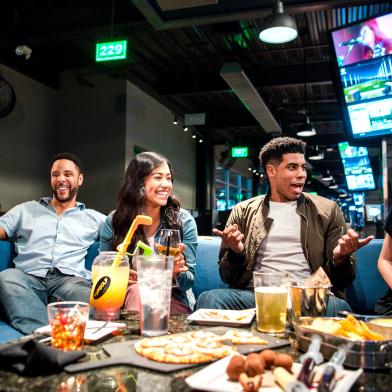 美 복합문화공간 '탑골프'를 찾은 고객들이 LG 디지털 사이니지가 설치된 공간에서 골프, 모임 등을 즐기고 있다.