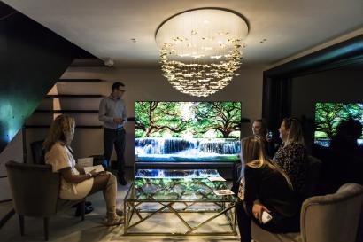 행사 참석자들이 세계 최초 8K 올레드 TV 'LG 시그니처 올레드 8K'를 체험하고 있다.