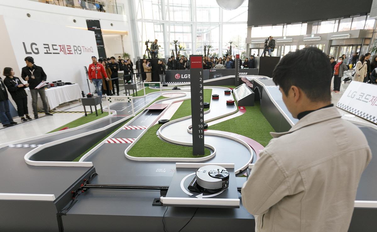 LG전자가 16일 서울 영등포 타임스퀘어 광장에서 국내 첫 로봇청소기 레이싱 대회 '2019 LG 코드제로 R9 그랑프리'를 개최했다. 사진은 프리미엄 로봇청소기 '코드제로 R9 씽큐(ThinQ)'가 9가지 미션으로 이뤄진 레이싱 코스를 질주하는 모습.