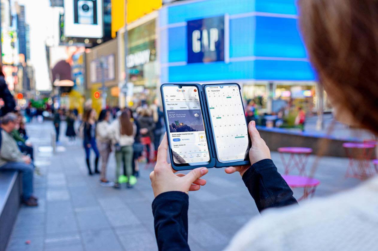 LG전자가 지난 1일 북미 시장에 출시한 LG G8X ThinQ와 LG 듀얼 스크린에 대한 외신 호평이 이어지고 있다. LG전자 모델이 미국 뉴욕에서 LG G8X ThinQ의 멀티태스킹 기능을 소개하고 있다.