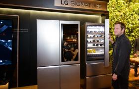 : LG전자가 19일 러시아 모스크바 포시즌스 호텔(Four Seasons Hotel Moscow)에서 고객들에게 超프리미엄 'LG 시그니처(LG SIGNATURE)'의 차별화된 가치를 알리기 위한 자리를 마련했다. 고객들이 LG 시그니처를 체험하고 있다.