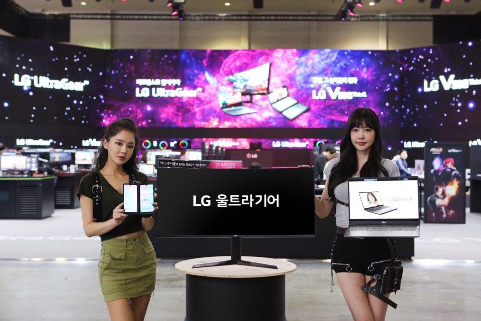 LG전자가 14일부터 17일까지 부산 벡스코에서 열리는 '지스타(G-STAR) 2019'에서 역대 최대 규모의 전시공간을 마련하고, 게임 마니아를 사로잡는다.   특히 올해는 처음으로 스마트폰 전시공간을 별도로 마련하고, 관람객들이 LG 듀얼 스크린의 사용 편의성을 경험할 수 있도록 했다. LG전자 부스에서 모델이 제품을 소개하고 있다.