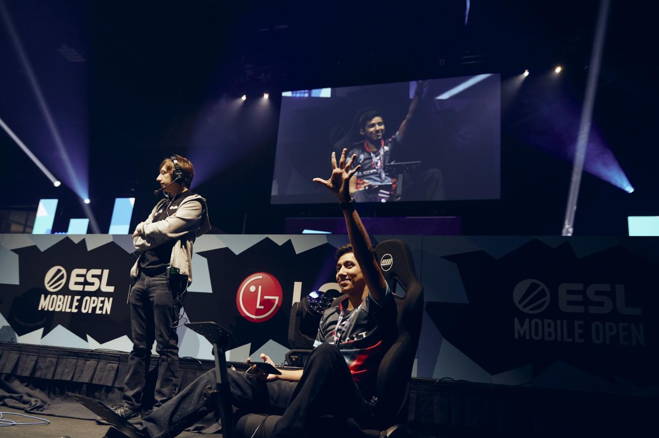 지난 15일 美 아틀란타에서 열린 ESL모바일오픈 시즌3 결승에서 선수들과 관람객들이 LG G8X ThinQ(한국명: LG V50S ThinQ)와 LG 듀얼 스크린으로 게임을 즐기고 있다.