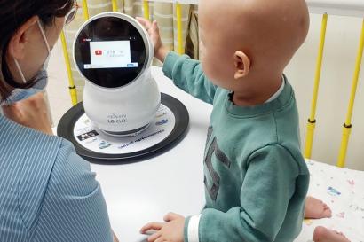 서울대학교어린이병원에서 치료 중인 어린이가 LG 클로이를 체험하고 있는 모습