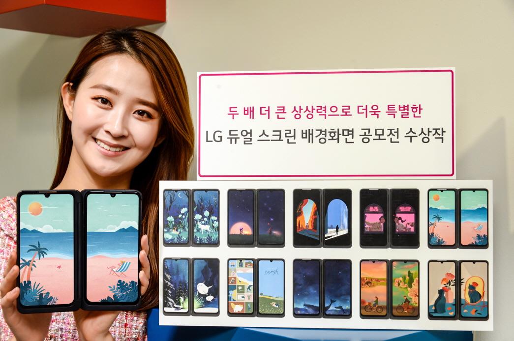 LG전자가 네이버 그라폴리오와 함께 진행한 LG 듀얼 스크린 배경화면 공모전이 1천 300여 개의 아이디어가 쏟아지며 성황리에 마무리됐다. 이번 공모전에서는 LG 듀얼 스크린의 특징을 잘 살린 재치있는 작품들이 많이 나왔다. 모델이 LG 듀얼 스크린과 수상작을 소개하고 있다.