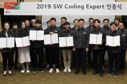 LG전자가 8일 서울 서초구 서초R&D캠퍼스에서 소프트웨어 코딩 전문가 인증식을 진행했다. LG전자 CTO 박일평 사장(앞줄 오른쪽에서 세 번째)이 선발된 코딩 전문가들과 기념촬영을 하고 있다.