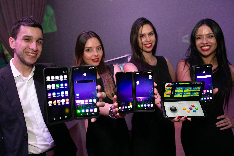LG전자가 현지시간 21일 브라질 상파울루에서 현지 언론과 거래선들을 대상으로 LG G8X ThinQ 론칭행사를 열었다. LG전자 모델들이 LG G8X ThinQ를 소개하고 있다.