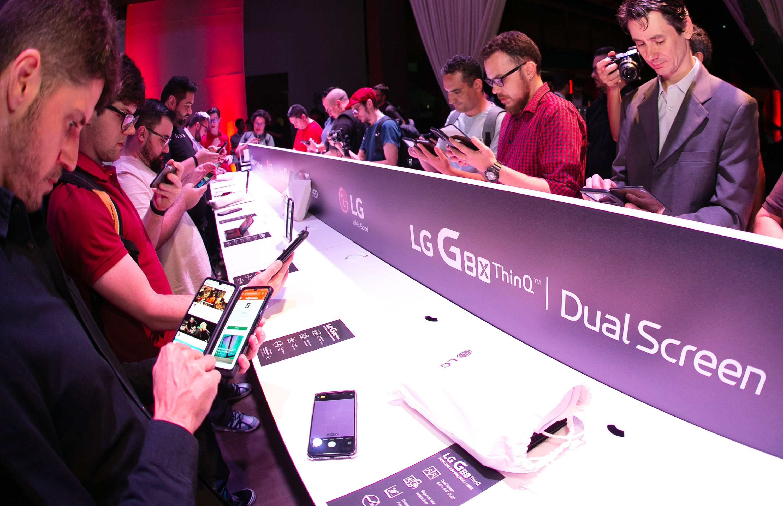 LG전자가 현지시간 21일 브라질 상파울루에서 현지 언론과 거래선들을 대상으로 LG G8X ThinQ 론칭행사를 열었다. 행사에 참석한 사람들이 LG G8X ThinQ를 체험하고 있다.