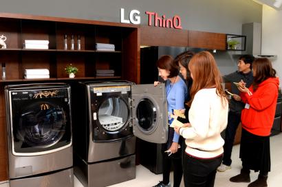 LG전자가 6일 서울시 강서구 마곡에 위치한 LG사이언스파크에서 새로운 고객가치를 제공하는 가전을 발굴하기 위해 新가전 고객 자문단과 워크숍을 열었다. 사진은 고객 자문단이 LG전자 제품을 관람하는 모습.