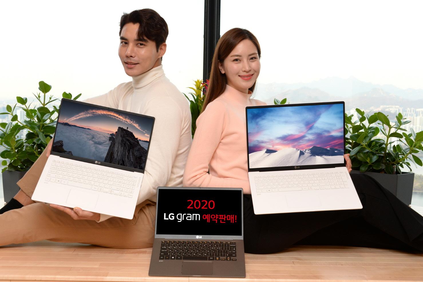 서울 여의도 소재 LG 트윈타워에서 모델들이 대화면, 고성능, 휴대성까지 겸비한 2020년형 'LG 그램' 신제품을 소개하고 있다. 왼쪽 제품부터 'LG 그램 15', 'LG 그램 14', 'LG 그램 17' 제품순임.
