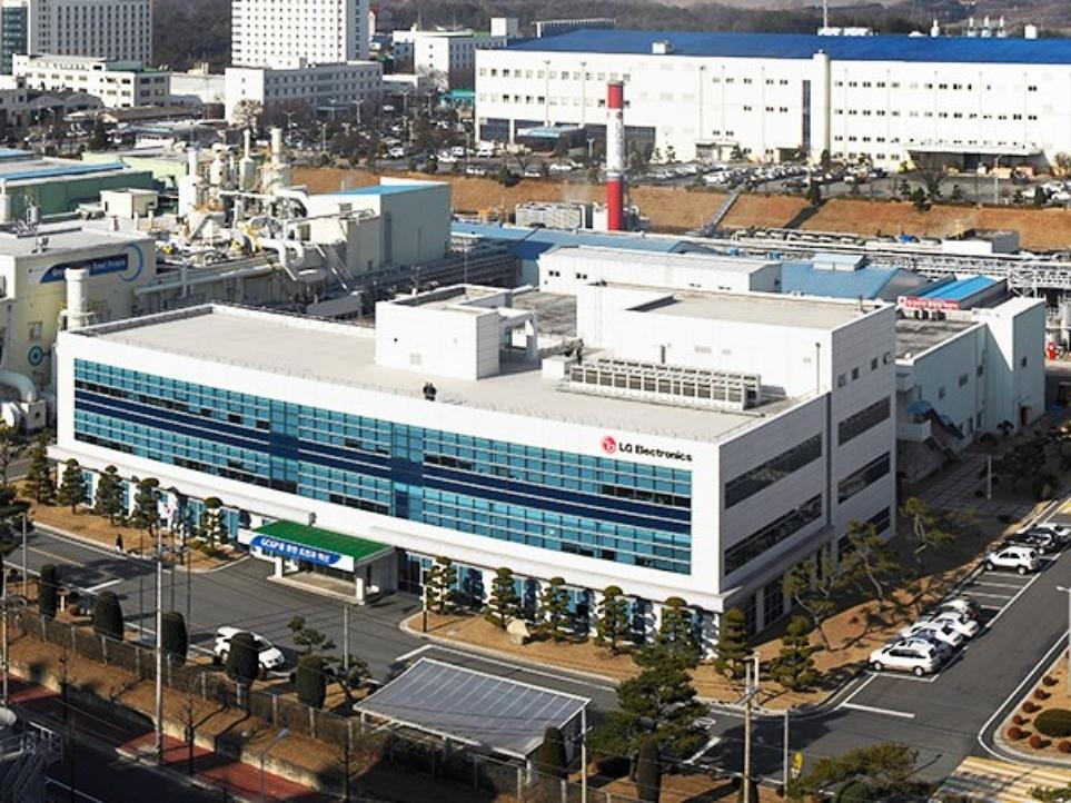 LG BECON 도입으로 에너지를 절감하고 있는 LG전자 청주 공장의 외관