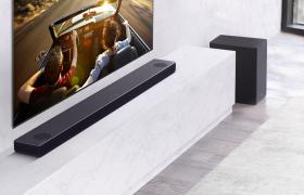 LG전자가 2020년형 사운드 바 신제품을 선보인다. 신제품은 현장감 있는 입체음향, 사용 편의성, AI기능 등을 두루 강화했다. 사진은 사운드 바 신제품이 TV와 함께 방 안에 설치된 모습.