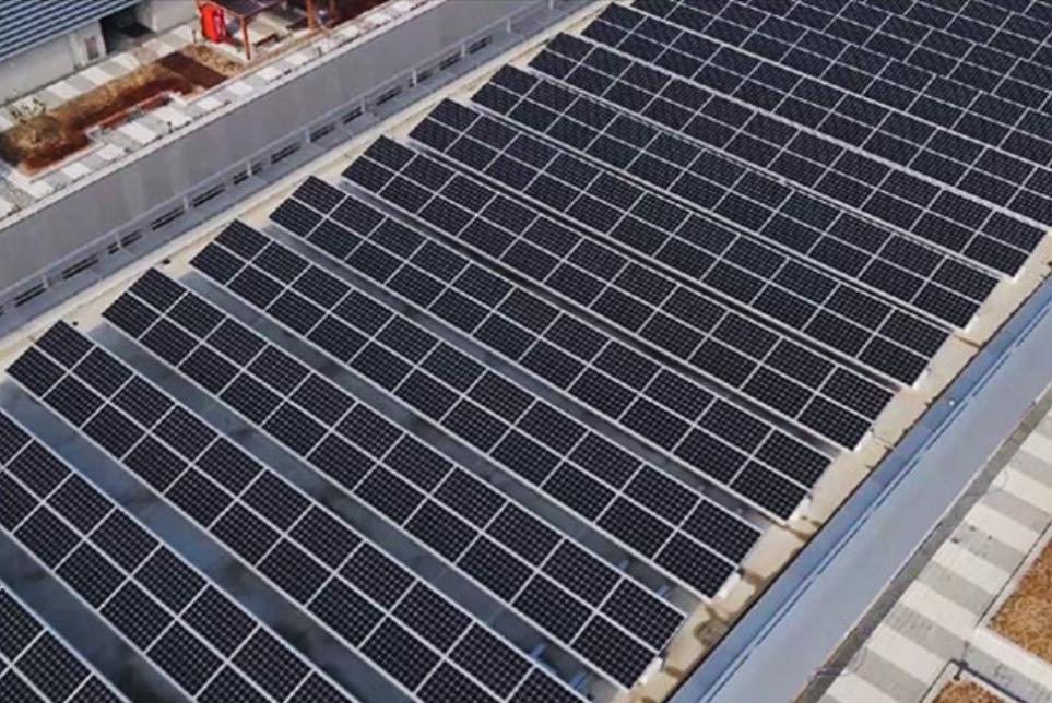 LG사이언스파크의 옥상에 설치된 태양광 패널