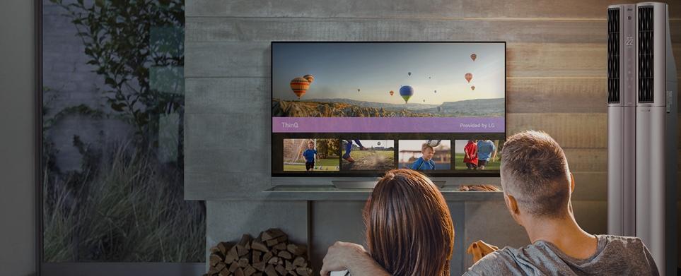 TV를 시청하고 있는 가족의 모습