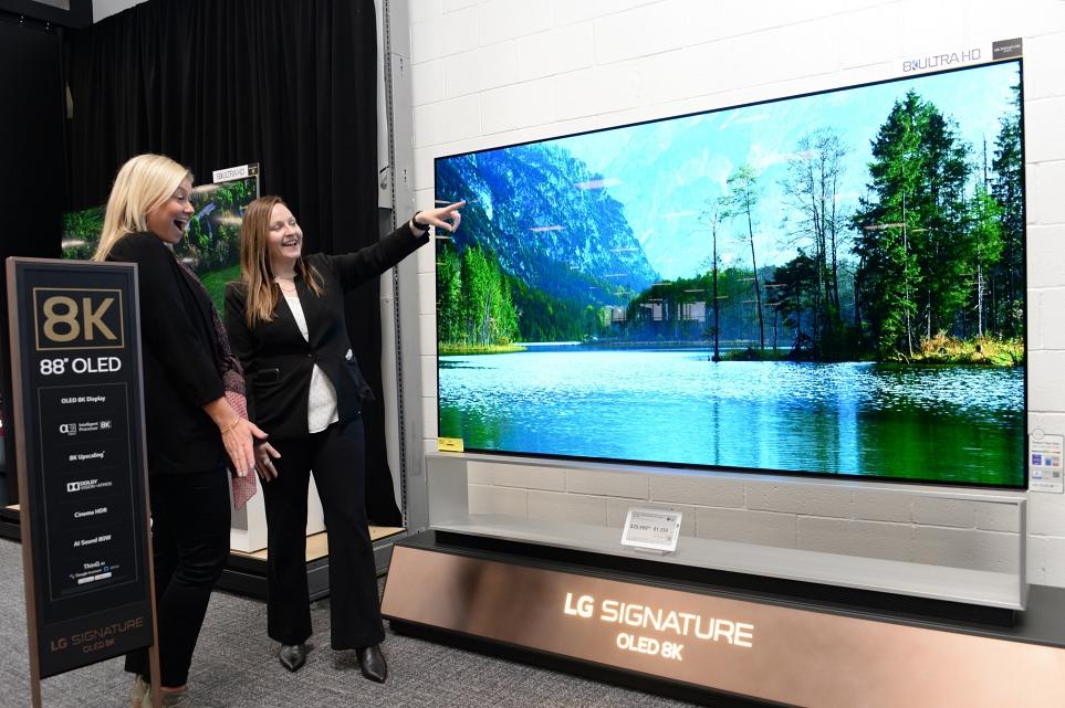 라스베이거스 베스트바이 매장 TV 코너의 'LG 시그니처 올레드 8K' 이미지 1