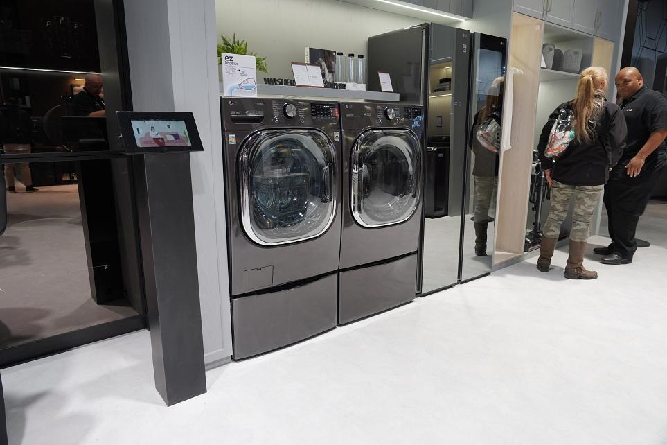 라스베이거스 베스트바이 매장 내 가전 코너의 LG 트윈워시 세탁기 모습 2