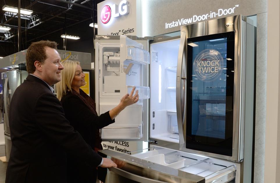 라스베이거스 베스트바이 매장 내 가전코너의 LG 인스타뷰 냉장고 이미지 1