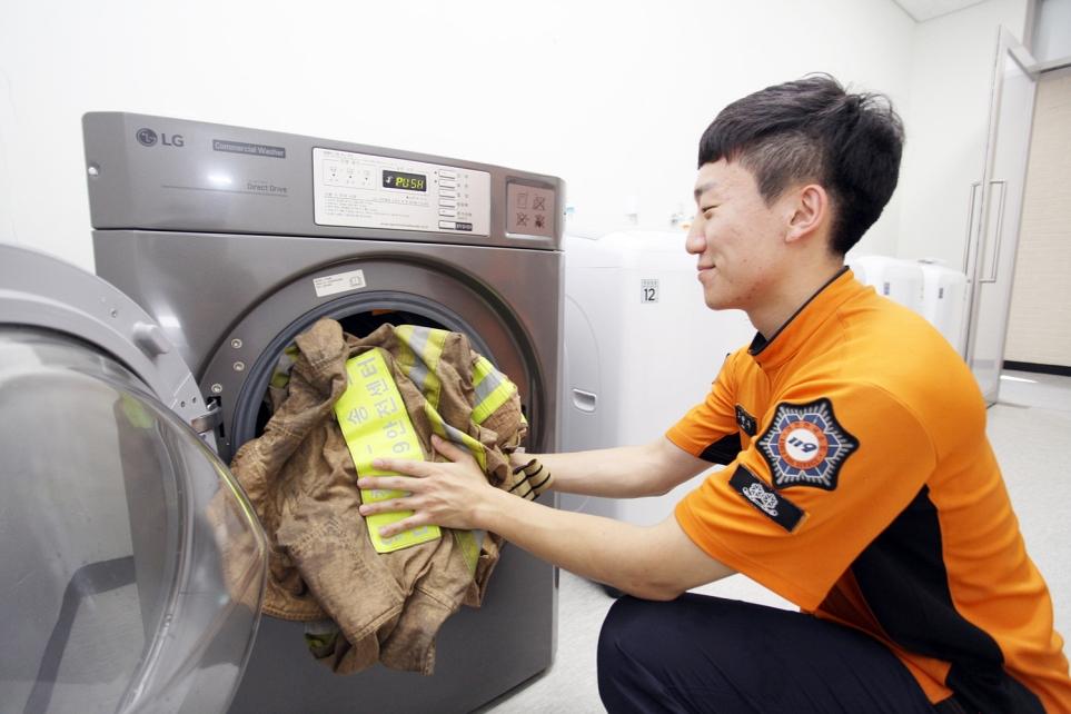 소방관이 방화복 세탁기 사용하는 모습